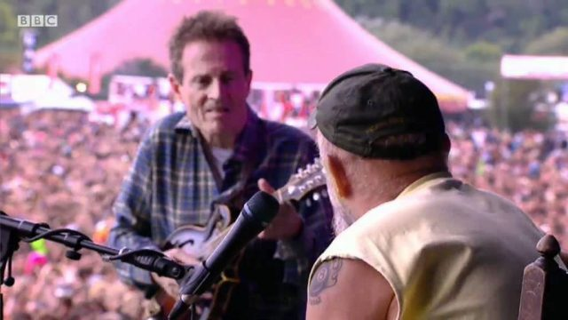 Seasick Steve performs 'It's A Long Long Way' at Reading Festival 2011 – BBC